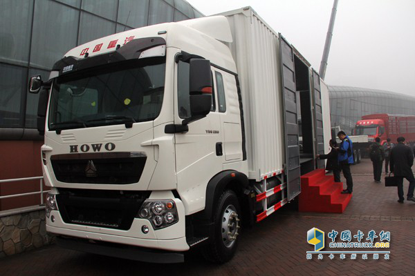 Sinotruck Takes an Order of 305 Units at Product Promotion in Qingdao